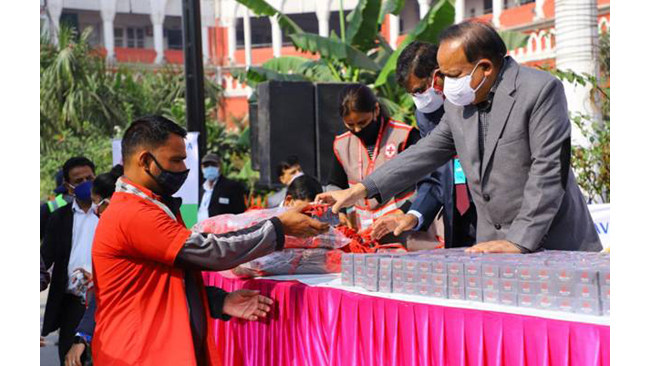 dr-harsh-vardhan-distributes-masks-and-soaps-with-indian-red-cross-society-ircs-at-old-delhi-railway-station