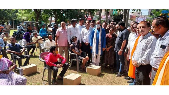 सांगानेर विधायक डॉ अशोक लाहोटी ने मानसरोवर एवं सांगानेर मंडल के ढाई सौ से ज्यादा दिव्यांगों को राशन वितरण किया