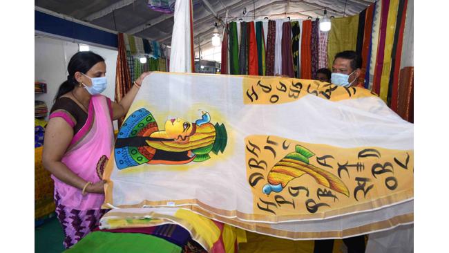 जयपुर की महिलाएं जवाहर कला केंद्र में साड़ी पर आकृति देख अचंभित हुई